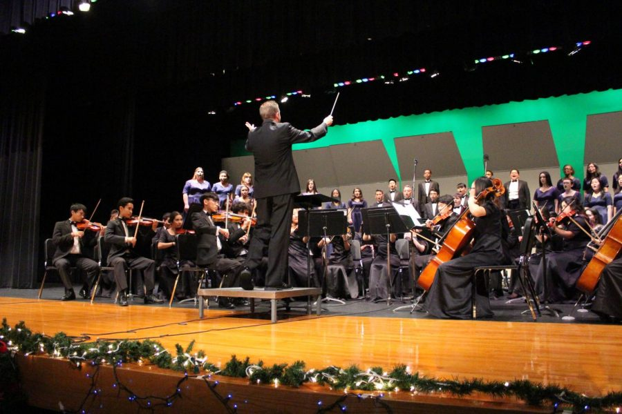 Varsity+Chamber+Orchestra+plays+%22Holiday+Favorites%22+with+Varsity+Choir+during+choir%27s+winter+concert.+