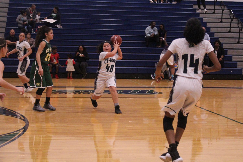 girls+basketball+passes+the+ball+to+score+